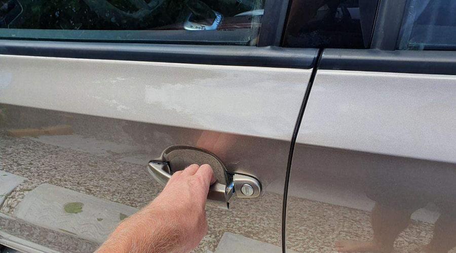 داخل ماشین شوید و درب های خودرو را قفل کنید